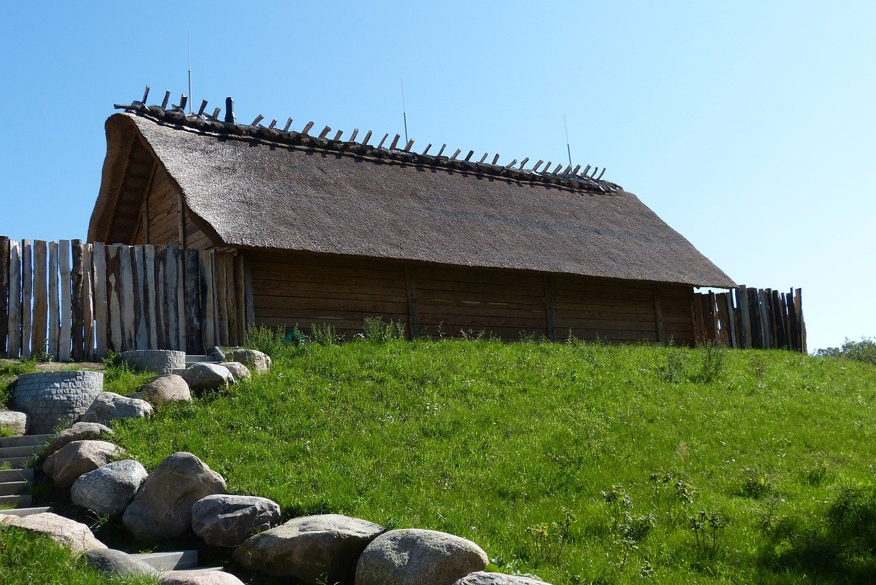 Hut Wooden House Wood Fence  - Routenwechsel / Pixabay